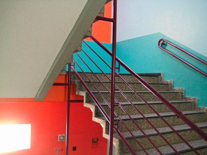 Farbkonzept Treppenhaus Schule in erfrischend komplementären Farben