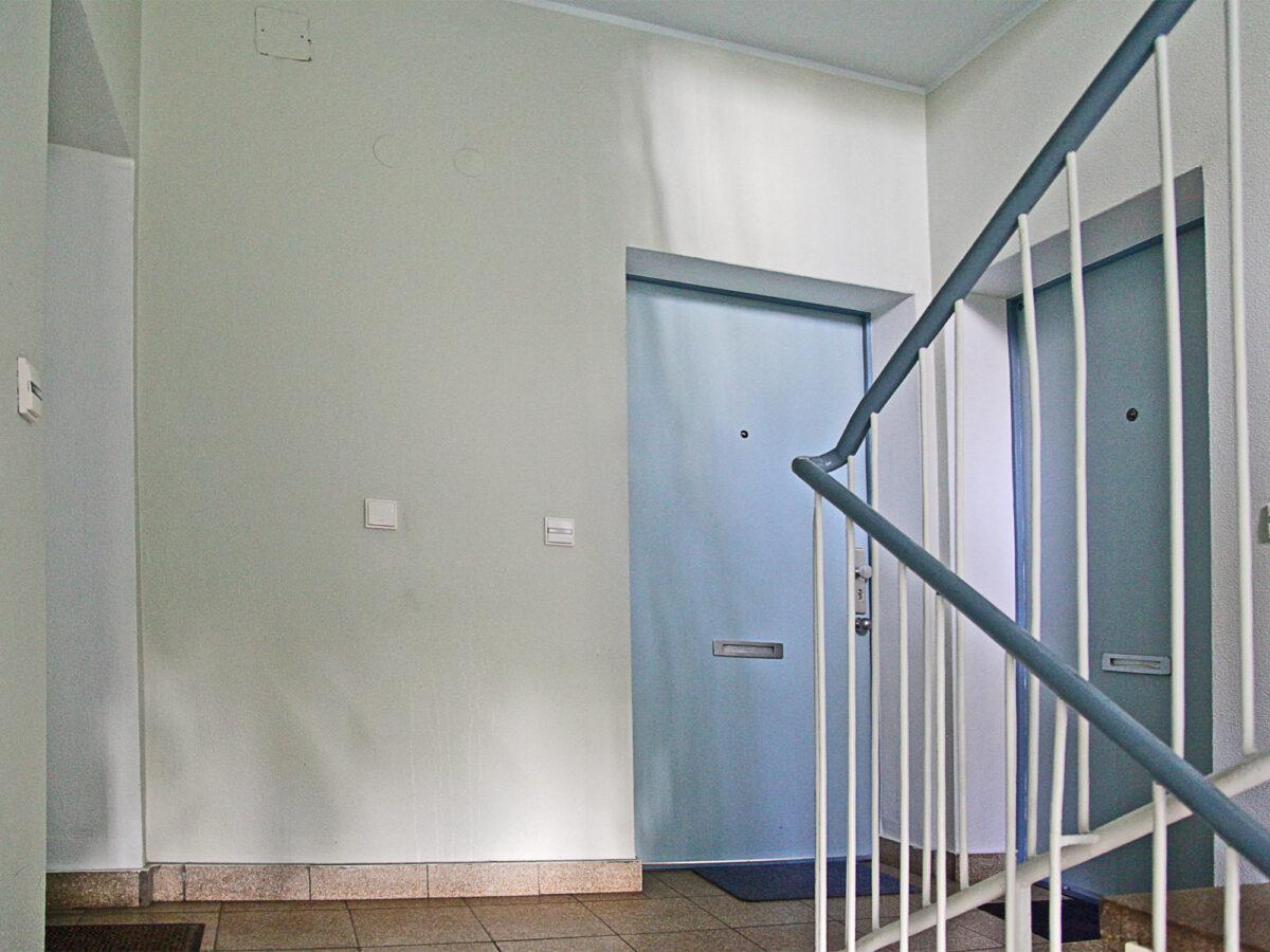 farbkonzept und grafische wandgestaltung im treppenhaus drnice. Black Bedroom Furniture Sets. Home Design Ideas
