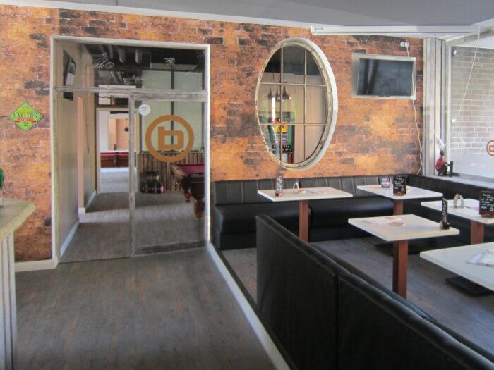 Stimmungsvolle Wandbilder in einer Billard-Bar