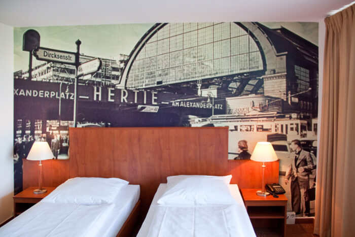 Stimmungsvolle Wandgestaltung Hotelzimmer mit historischen Berlin-Ansichten