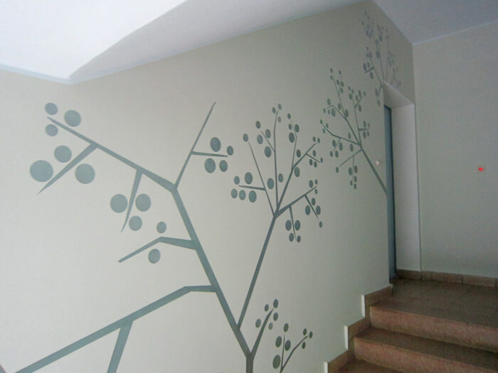Farbkonzept und grafische Wandgestaltung im Treppenhaus